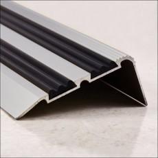 Порог-угол Д02 68х30,8мм алюминиевый анодированный с 2 резиновыми вставками серебро (НЕ) длина 1,35м